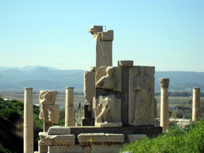 12IMG_1863meメミウスの碑右側.jpg