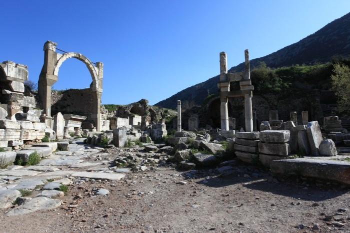 15IMG_6016ドミティアヌス神殿とポリオの泉me.jpg